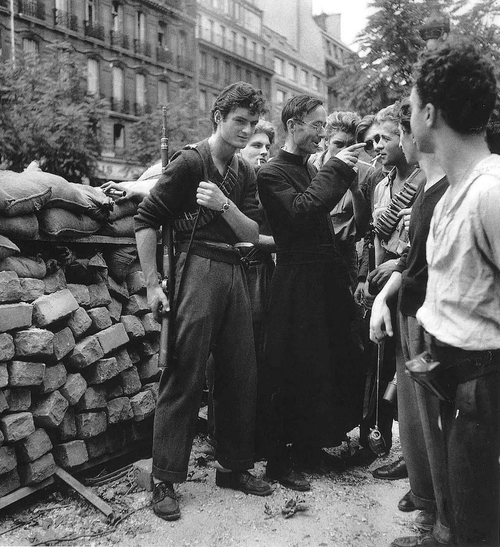 Робер Дуано. Священник наставляет бойцов французского Сопротивления на баррикадах в Париже. Август 1944