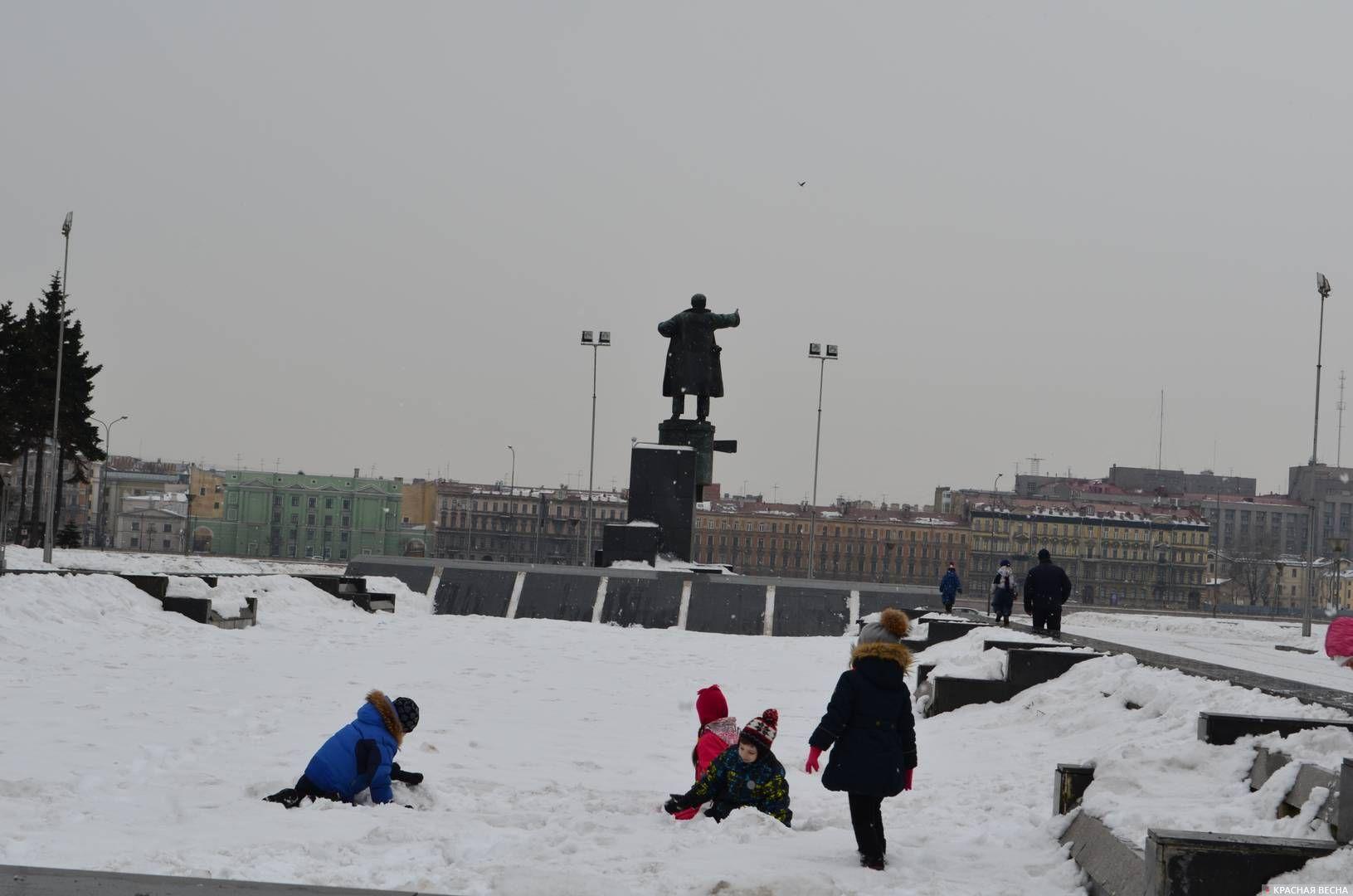 Дети у памятника Ленину
