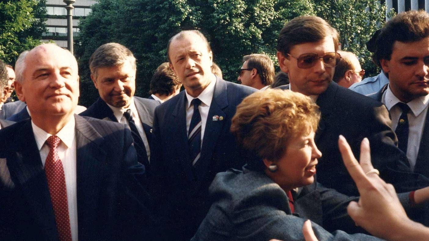 Михаил Горбачёв - слева, Раиса Горбачёва - в профиль