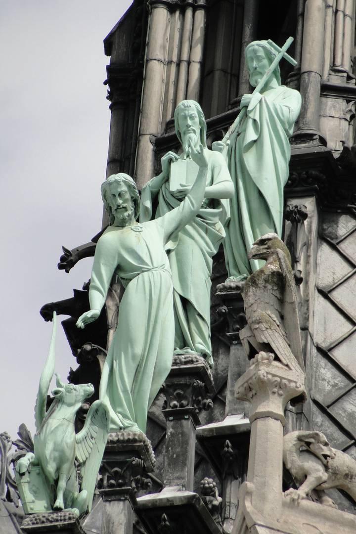 Три апостола и крылатый телец на юго-западной крыше Собора Парижской Богоматери