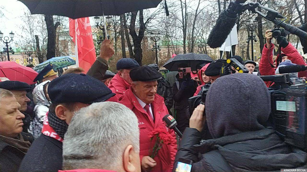 Во главе колонны митинга КПРФ