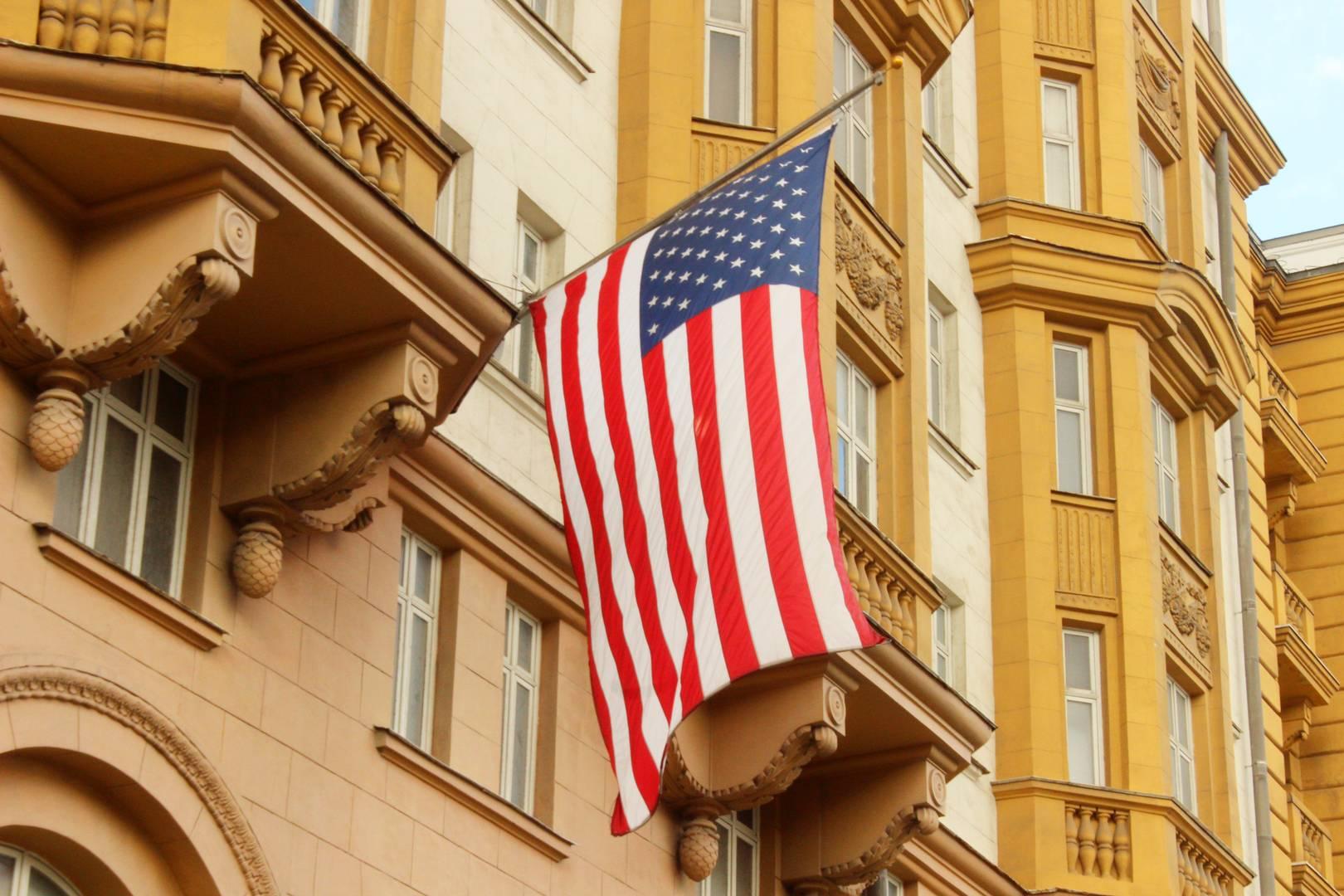 Флаг на посольстве США