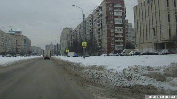 Санкт-Петербург. На пр. Наставников первый ряд проезжей части полностью занесен снегом