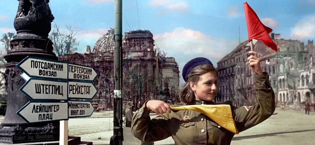 Боец Красной армии Катя Спивак регулирует движение на улицах Берлина 10 мая 1945 года
