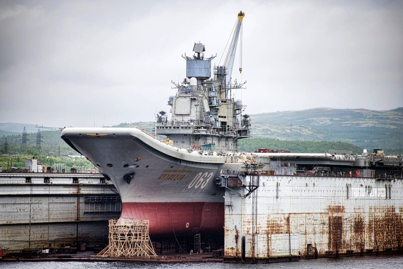 «Адмирал Кузнецов» в плавучем доке ПД‑50. Июнь 2015. (Фото — Кристофер Мичел)