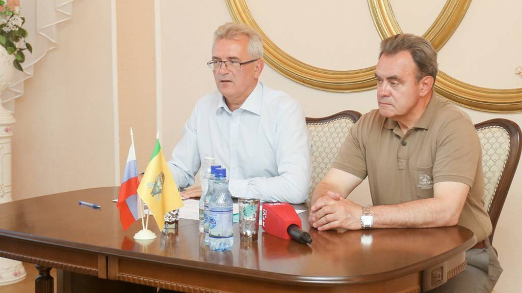 Губернатор Пензенской области Иван Белозерцев (слева) на встрече с жителями села Чемодановка