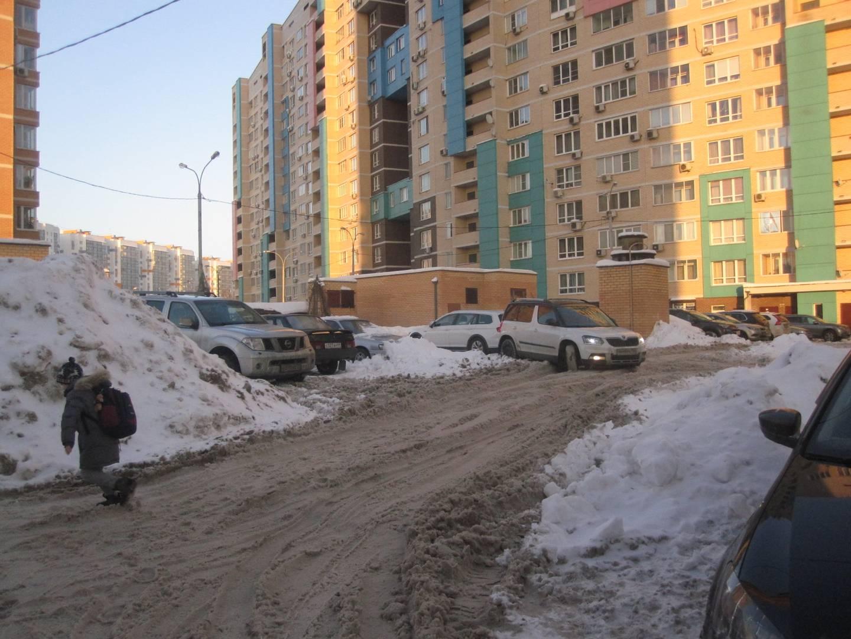 Завалы снега во дворе по улице Комарова. Мытищи.