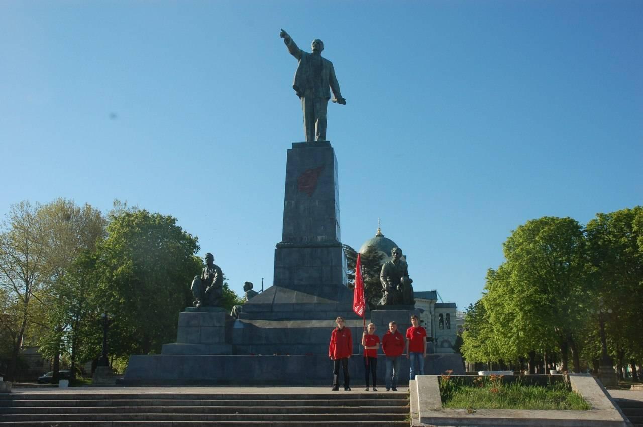 Возложение цветов к памятнику Ленину в Севастополе