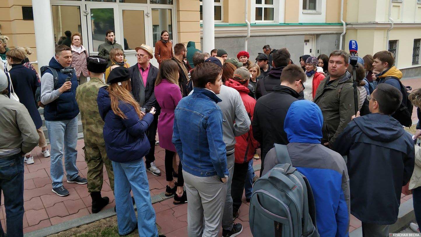 Вход перед резиденцией губернатора Свердловской области