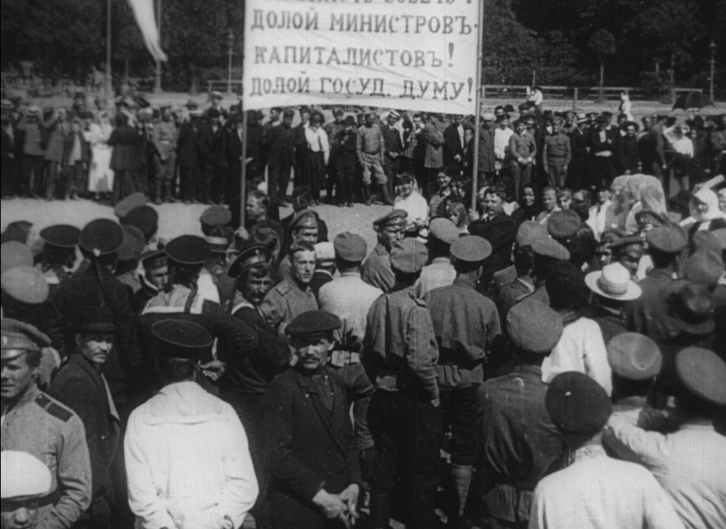 Демонстрация в июле 1917 года. Кадр из фильма «Годовщина революции»