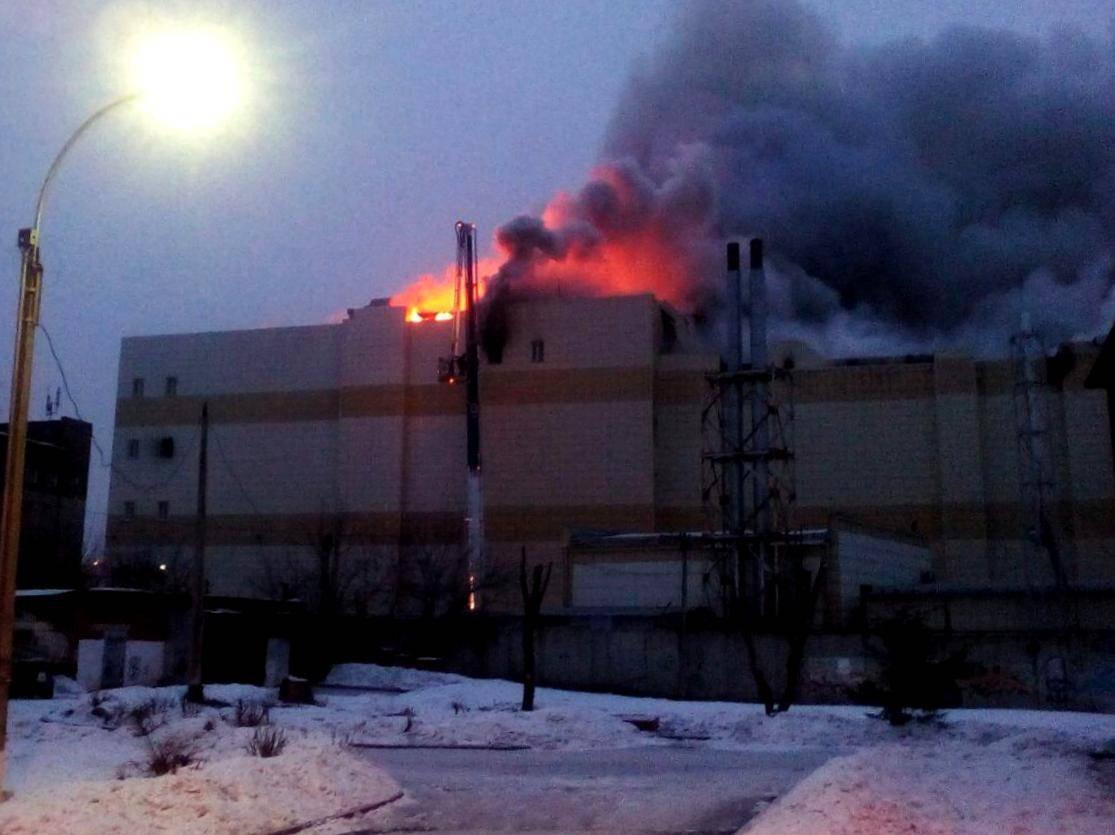 Пожарные спускаются с крыши