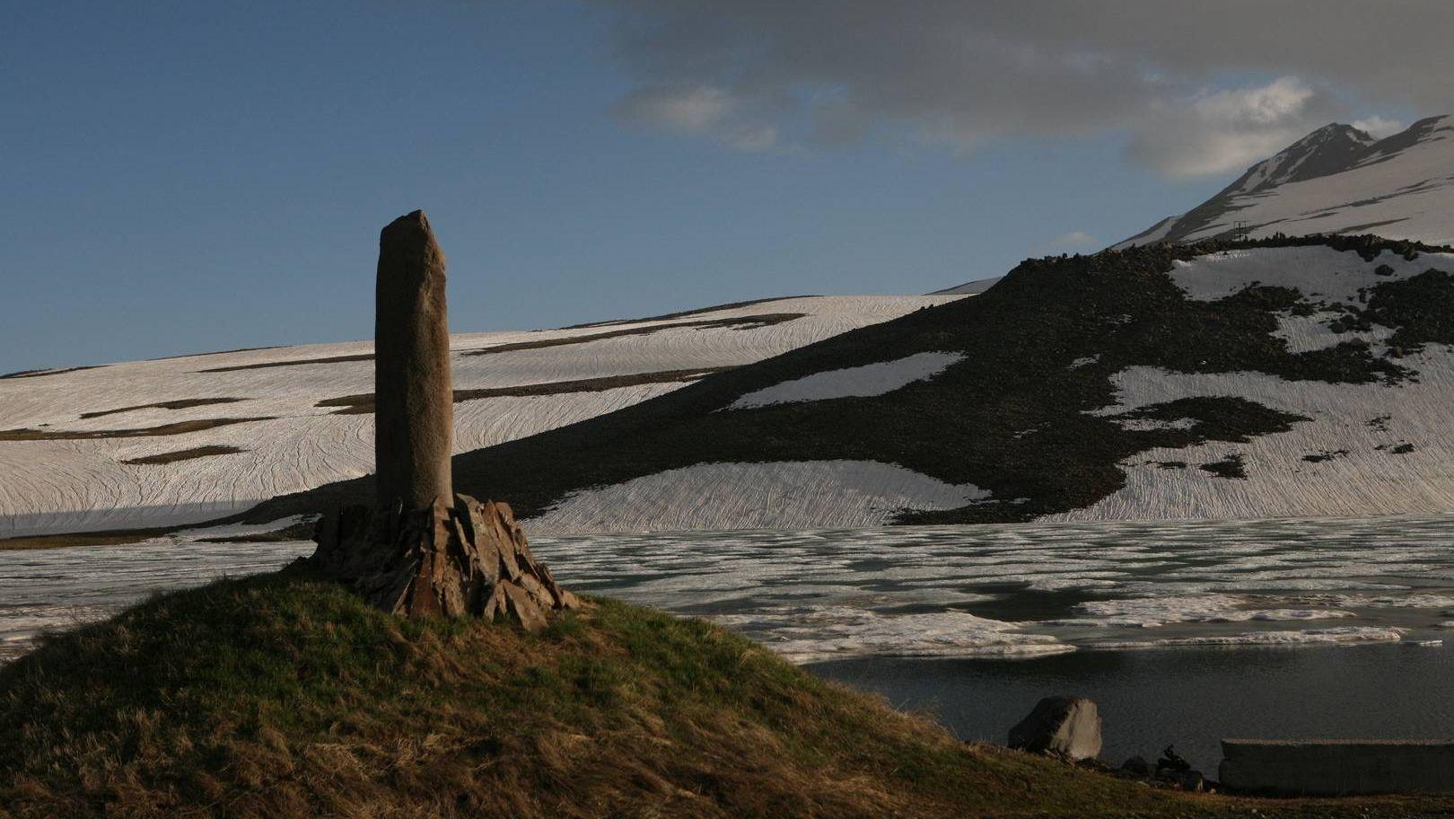 Вишап на фоне снежной вершины Арагаца