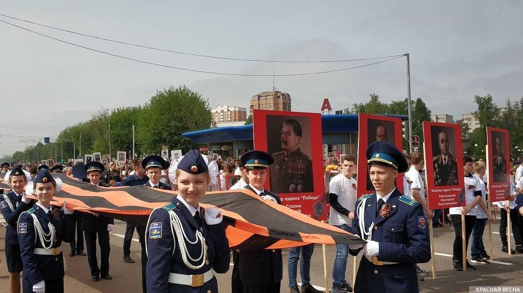 На шествии «Бессмертного полка» в Подольске были и знамена победы и портреты Сталина и других военачальников. Участников было не менее 10 тысяч человек