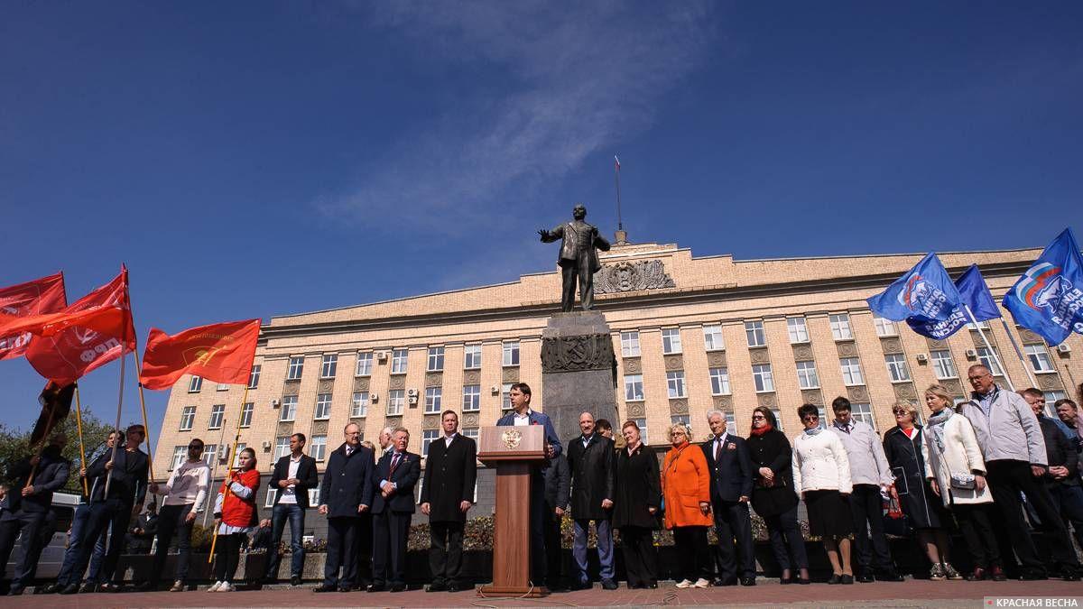 Между красными и синими флагами. Губернатор Андрей Клычков (КПРФ) выступает на первомайском митинге. Орел. 1.05.2019