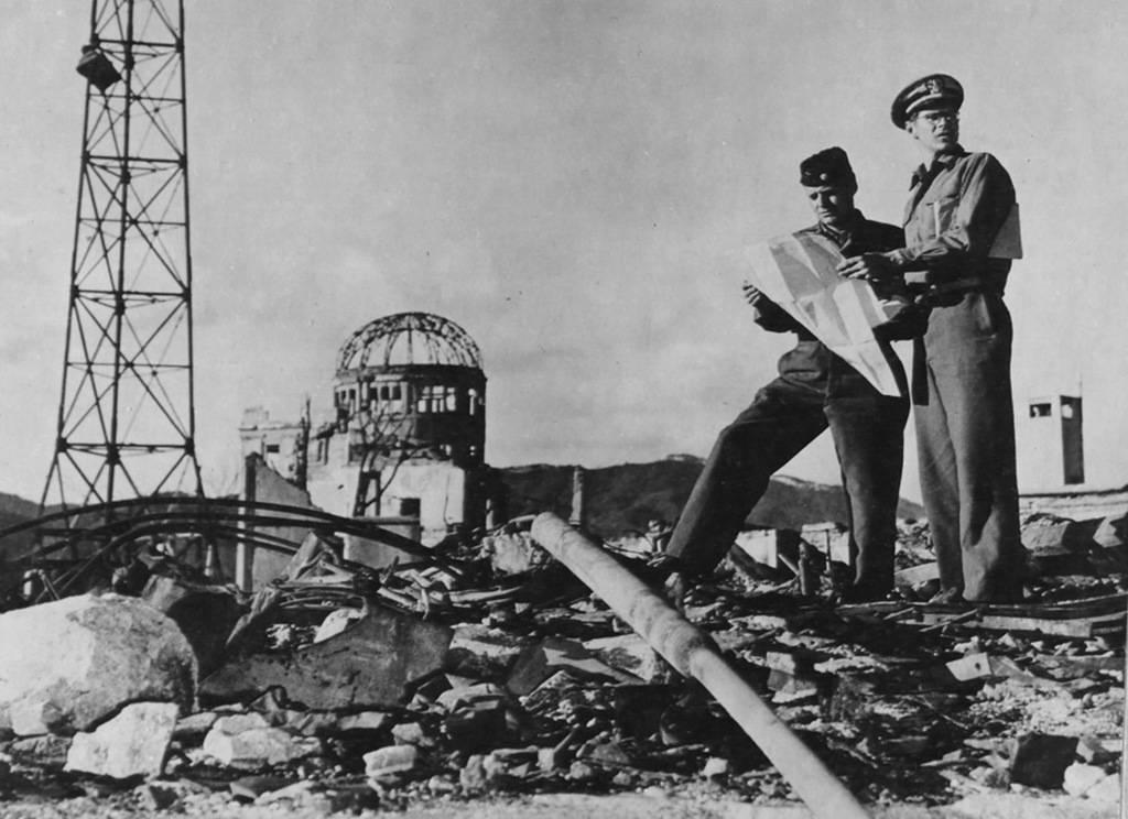 Члены армии США исследуют район вокруг эпицентра в Хиросиме осенью 1945 года