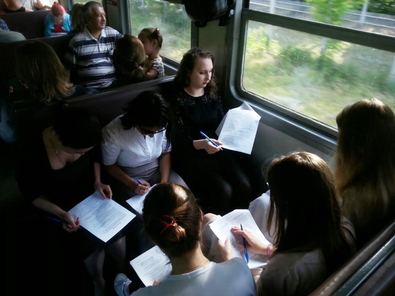 Пассажиры электрички участвуют в опросе АКСИО