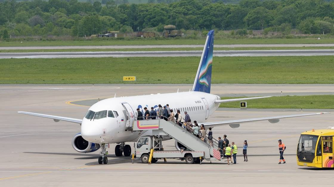 Посадка пассажиров в SSJ 100 авиакомпании Якутия в аэропорту Владивосток.