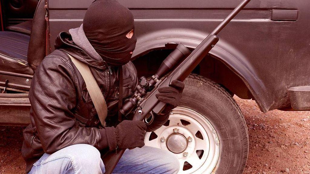 Человек в маске с оружием
