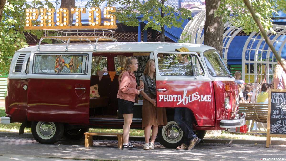 Фотоавтобус, в котором за умеренную плату можно было сфотографироваться.