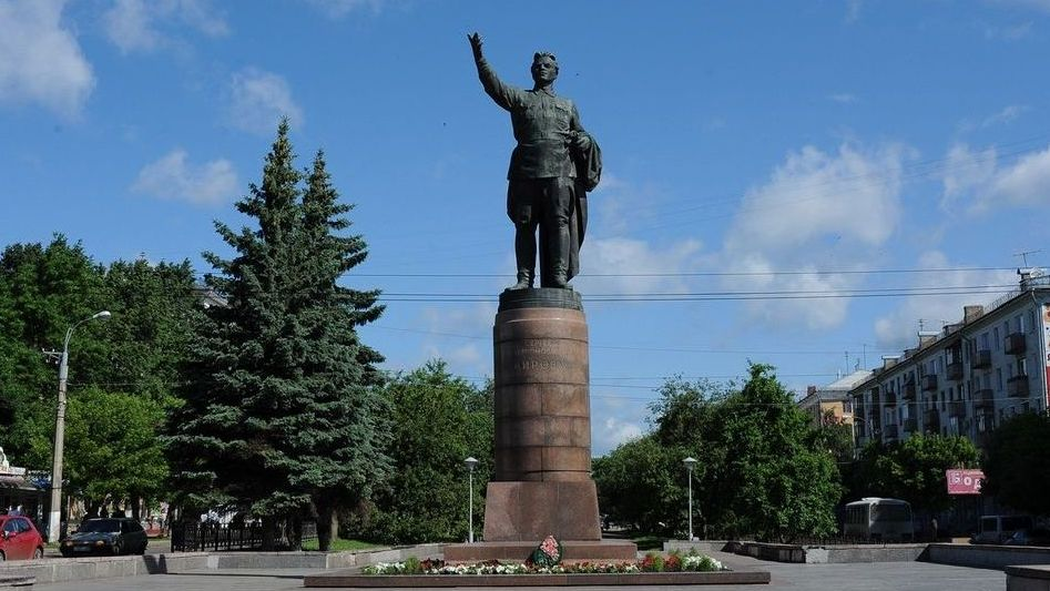 Памятник С.М. Кирову на Октябрьском проспекте