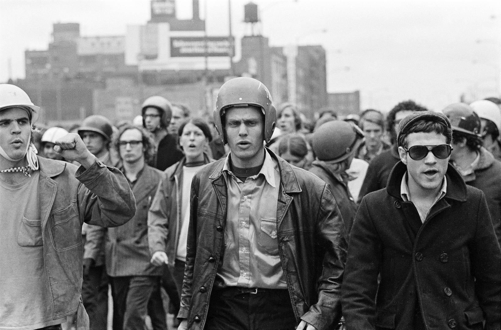 Лидеры организации The Weathermеn (слева направо): Питер Клэпп, Джон Якобс и Терри Роббинс, во время «Дней ярости» в Чикаго. 1969