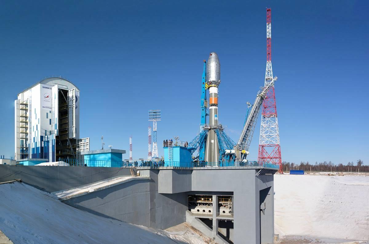 Мобильная башня и стартовый стол на космодроме «Восточный»