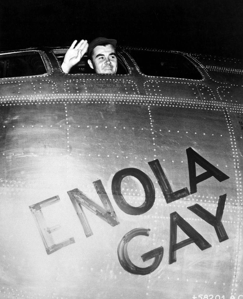 Пол Тиббетс, пилот «Enola Gay», машет рукой перед вылетом на атомную бомбардировку Хиросимы