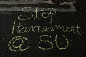 «Прекратите домогательства» (надпись на асфальте)