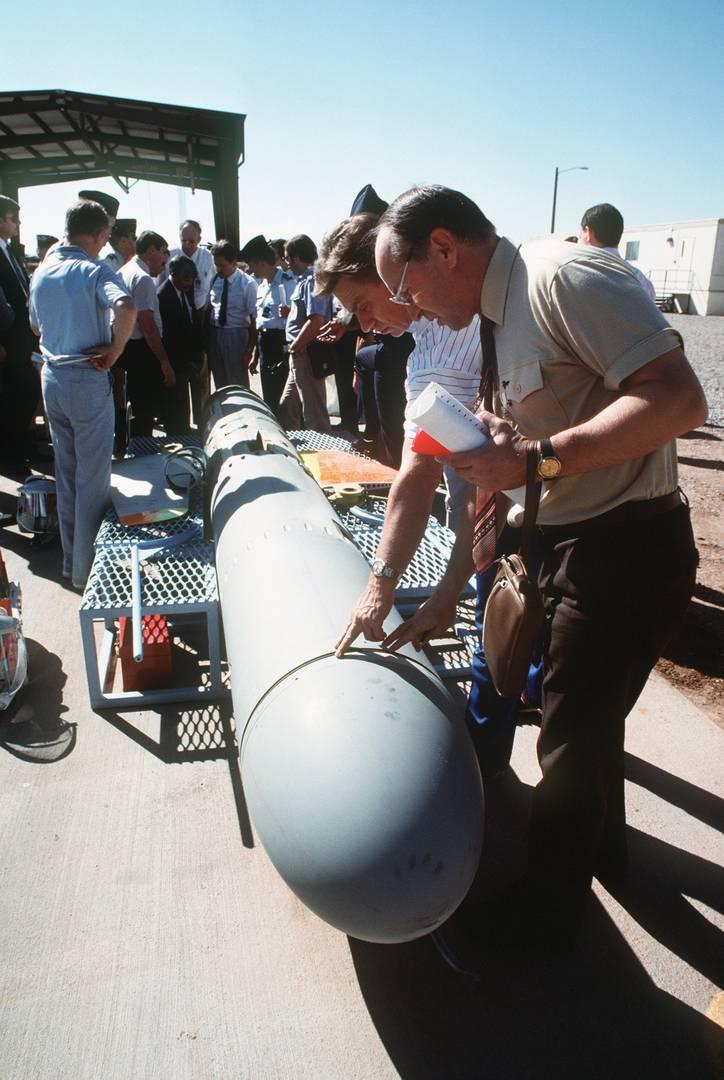 Советский инспектор осматривает американскую ракету BGM-109G «Томагавк» подлежащую утилизации. 18 октября 1989