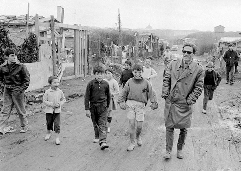 Пазолини с детьми на окраине Рима