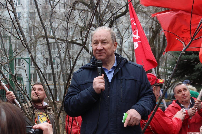 Валерий Рашкин выступает перед собравшимися жителями