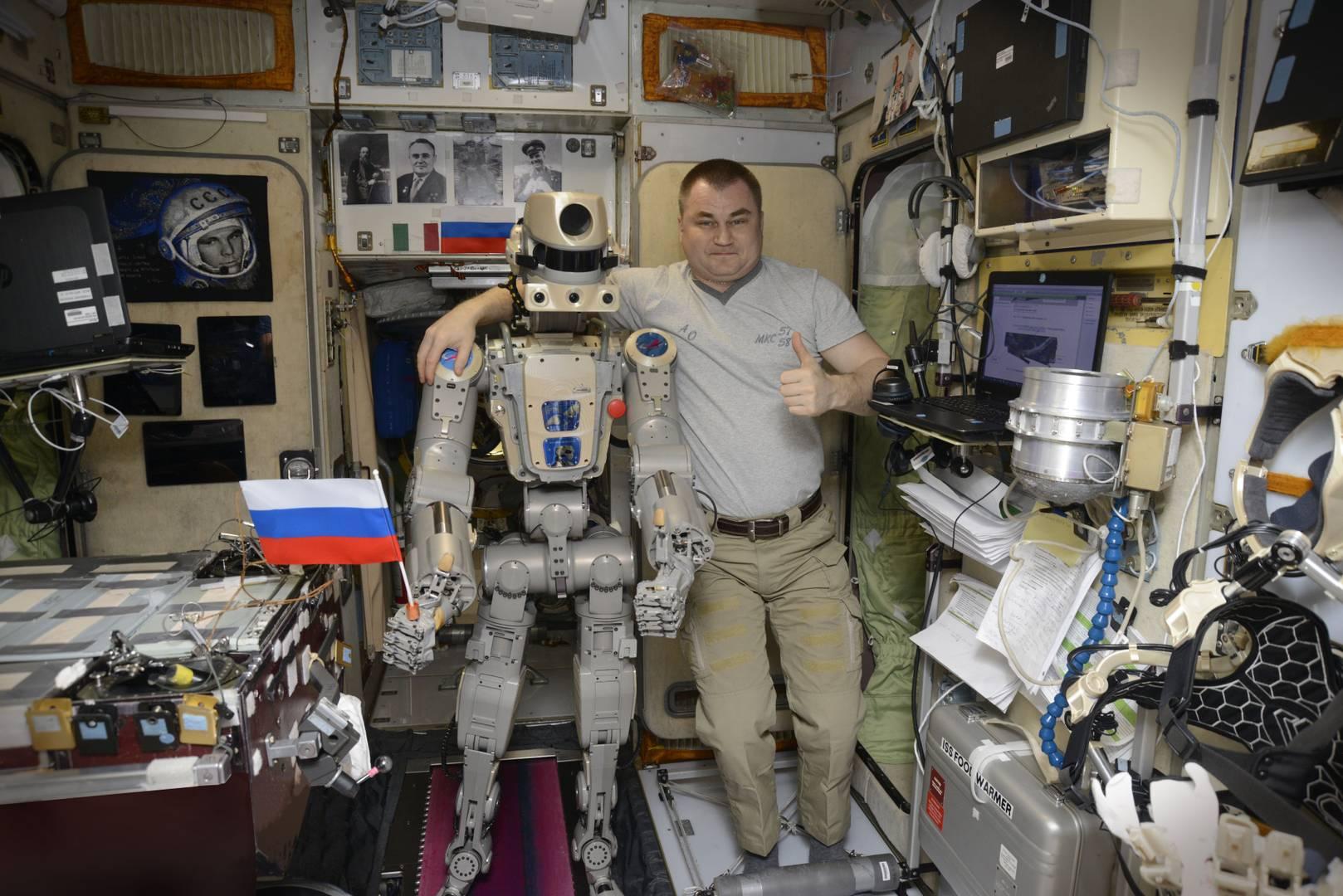 Космонавт Алексей Овчинин и робот Федор