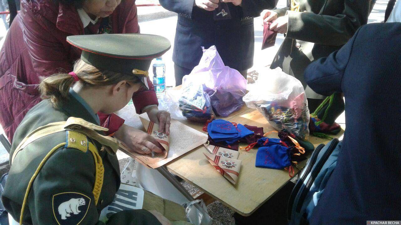 «Суть времени» вместе с ветеранами готовится раздавать «Письма с фронта» около Монумента Славы. Новосибирск. 9 мая 2019