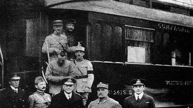 Представители союзников при подписании перемирия. Фердинанд Фош, второй справа, около своего вагона в Компьенском лесу.