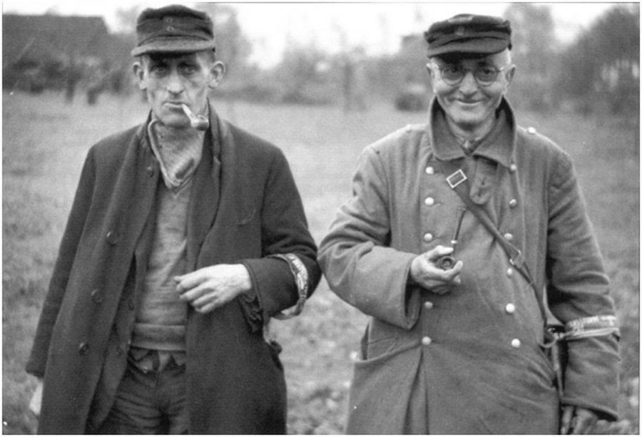 Два участника фольксштурма, сдавшиеся британским войскам вблизи Бохольта, 28 марта 1945 г.