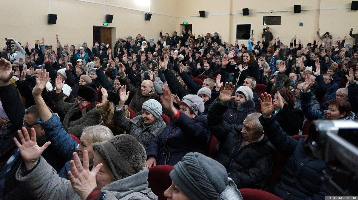 Жители г. Кимовска голосуют за резолюцию митинга против