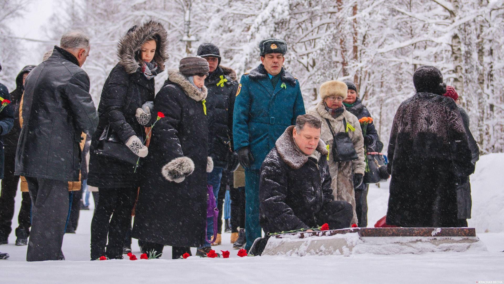 Возложение цветов к мемориалу «Защитникам Ленинградского неба»
