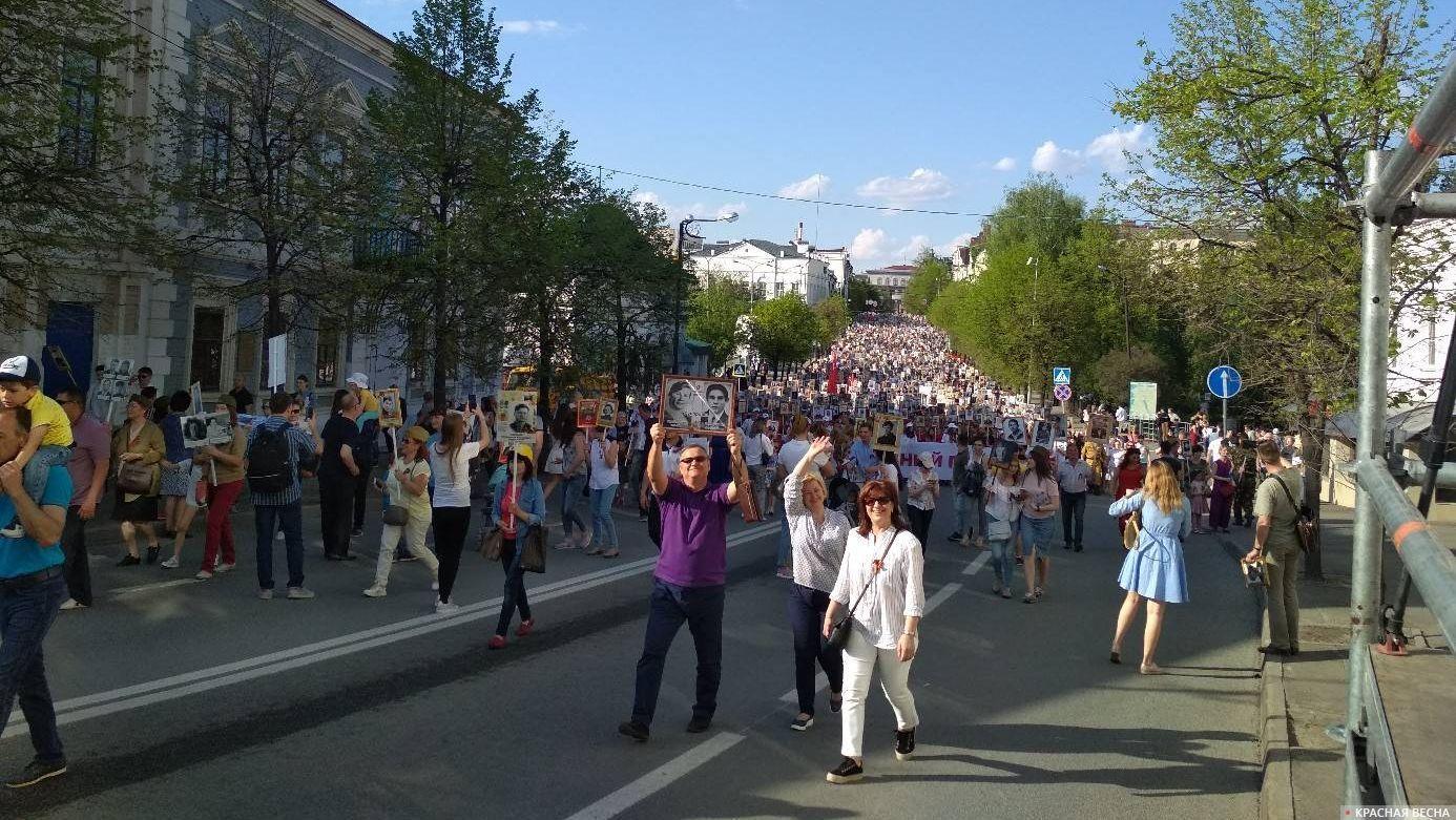 Казань. Поток людей на шествии «Бессмертного полка»