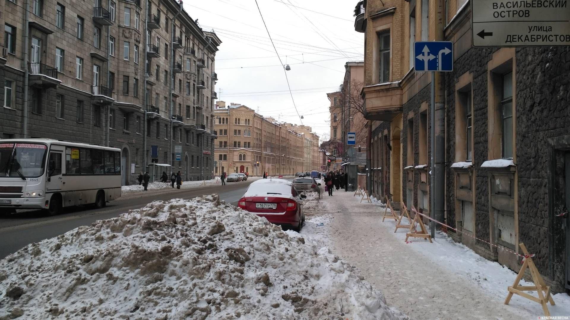 Убранный с крыш и тротуаров снег на Английском проспекте. Санкт-Петербург