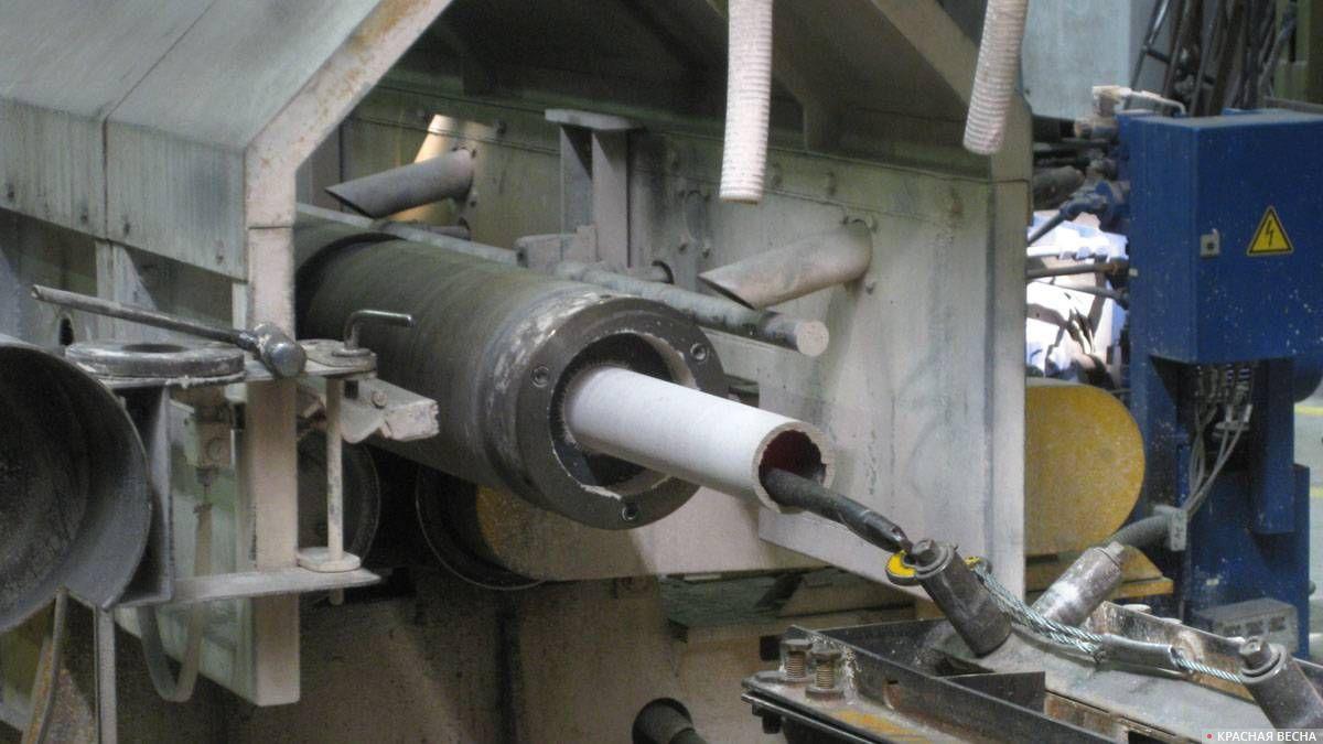 Изготовленную трубу вынимают из центробежной литейной машины