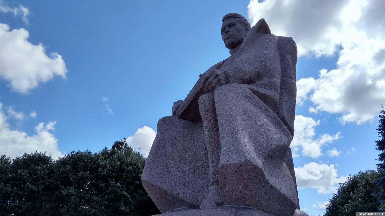 Калининград. Памятник маршалу Василевскому