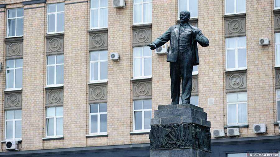 Памятник В.И. Ленину у здания областной администрации в г. Орле