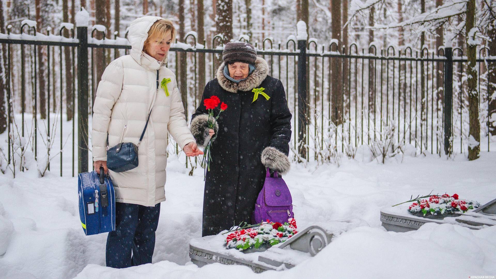 Возложение цветов к могилам погибших в годы блокады летчиков-защитников ленинградского неба