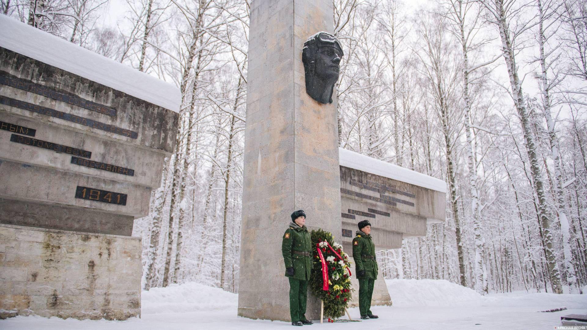 Возложение цветов к мемориалу «Защитникам Ленинградского неба» в Петербурге