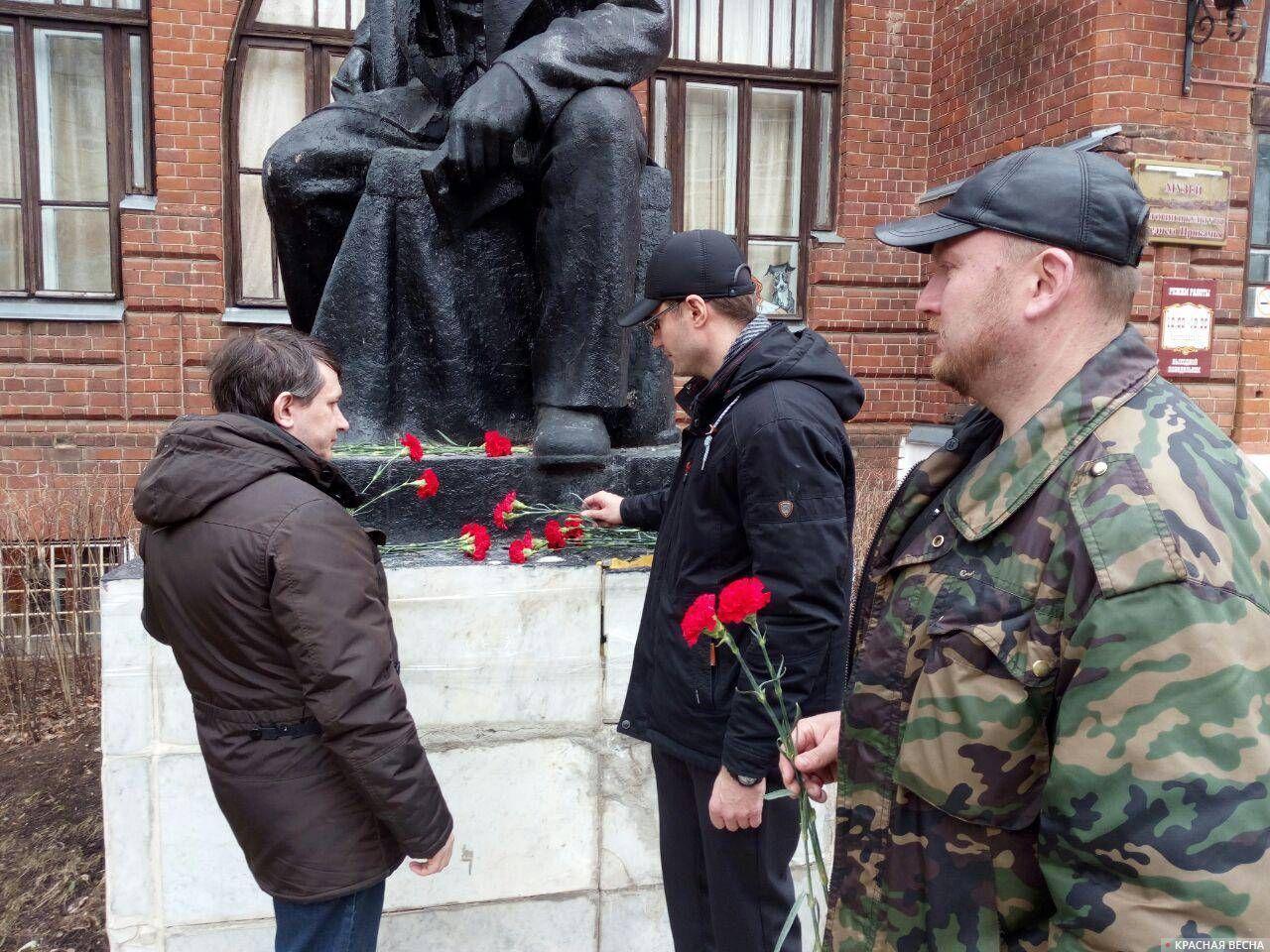 Возложение цветов к памятнику В.И. Ленину около Музея истории и Культуры в г. Сарапуле