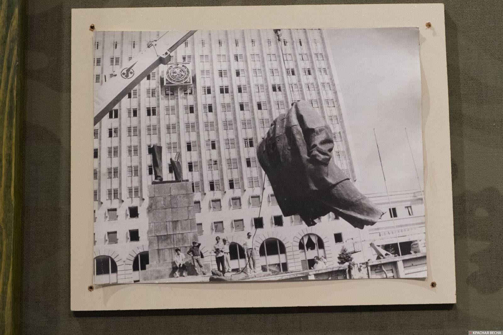 Грузинские власти сносят памятник Ленину перед зданием Верховного Совета Абхазской АССР, фотография из экспозиции Отечественной войны 92–93 гг., Абхазский государственный музей, г. Сухум