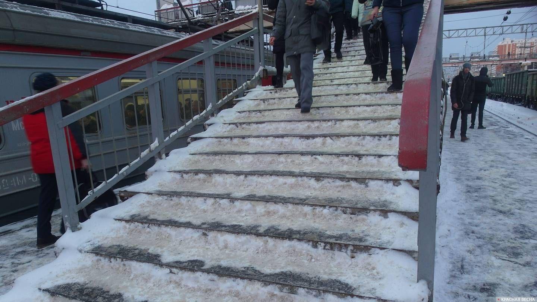 Железнодорожный. Нечищенные ступеньки лестницы на ж/д станции
