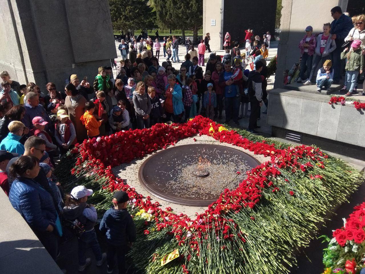Новосибирск. Возложение цветов к Вечному огню в сквере Славы