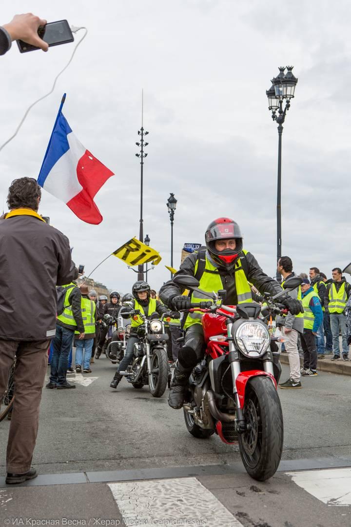 В Бордо протесты всегда начинаются с мотопробега. Мотоциклисты сами прибывают заранее до начала манифестаций и пользуются всеобщей поддержкой. Данный мотопробег превратился в своеобразный ритуал. Своим видом они, как бы олицетворяют силу и защиту безоружных протестующих.