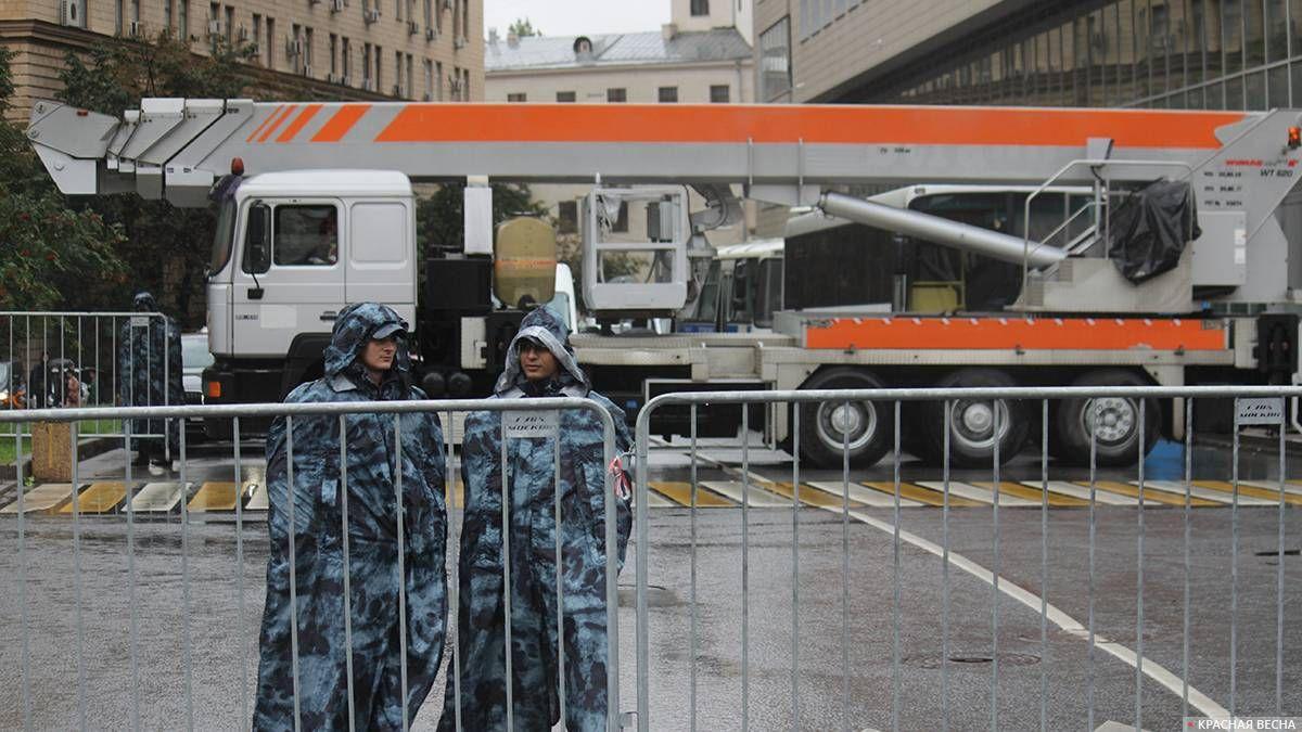 Перед митингом: проходы в переулки закрыты
